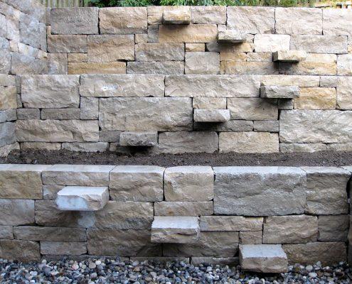 Kreative Natursteingräben mit Treppe von GartenBaur